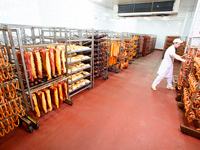 стеллажи с готовой продукцией Микояновского мясокомбината