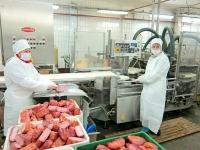 Процесс упаковки деликатесов в вакуум на автоматизированной установке Cryovac